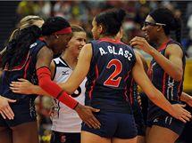 Americké volejbalistky se radují z úspěšného útoku proti českému týmu