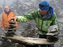 Horský vůdce Patrick Ribieden staví kamennou mohylu