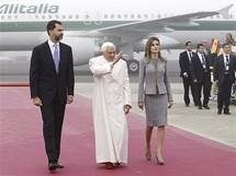 Papež po svém příletu do Španělska kyne davům. Doprovází ho španělský korunní princ Filip a princezna Letizia.