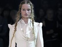 První kolekce značky Alexander McQueen po smrti tohoto módního tvůrce