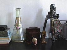 Staré a nové. Dům je ukázkou, že staré věci mohou ladit s moderními. Například zrcadlo v historickém rámu s minimalistickou koupelnou