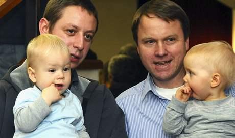 Bývalý předseda Strany zelených Martin Bursík a jeho bývalý asistent Samuel Kašpar s potomky 13. listopadu na volebním sjezdu strany v Praze.