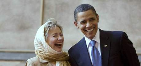 Barack Obama a Hillary Clintonová při prohlídce mešity v Káhiře (4. června 2009)