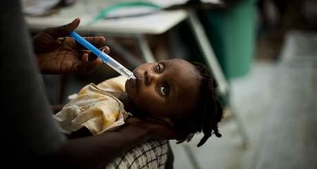 Lékaři se snaží zachránit děvčátko nakažené cholerou v Port-au-Prince (13. listopadu 2010)