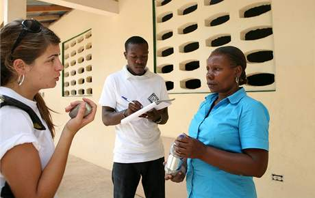 Vedoucí mise Člověka v tísni na Haiti Marie Skálová (vlevo) při práci v terénu
