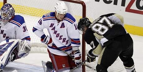 Sidney Crosby z Pittsburghu (vpravo) se sna�� protlaèit puk do branky NY Rangers, br�n� mu Marc Staal a brank�ø Henrik Lundqvist.