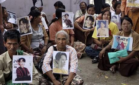 V Rangúnu se shromáždily stovky příznivců Su Ťij