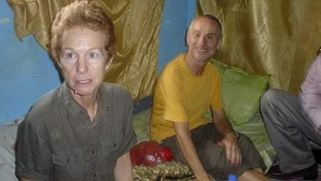 Britští manželé Chandlerovi po propuštění ze zajetí (14. listopadu 2010)