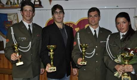 Tomáš Svoboda (druhý zleva) převzal cenu pro pětibojaře roku za svého bratra - dvojče Davida. Na snímku s dalšími ocěnými Ondřejem Polívkou, Michalem Sedleckým a Natálií Dianovou