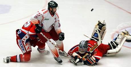Prvoligoví hokejisté Havlíčkova Brodu (v červeném) v sobotním zápase s Olomoucí vyšli naprázdno. To se jim na vlastním ledě letos ještě nestalo.
