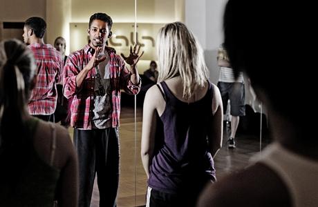 Tanečník Yemi A.D. se svými žáky - při jedné z lekcí v dance akademii