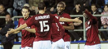 G�LOV� OSLAVA. Fotbalist� Sparty (zleva) Podan�, Kladrubsk�, Pami�, Kweuke a Wilfried se raduj� z g�lu v z�pase se Slov�ckem.