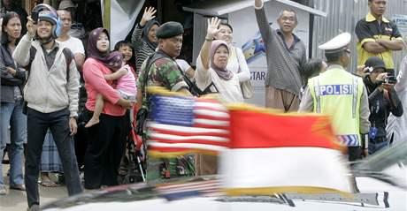 Vůz s americkým prezidentem Barackem Obamou projíždí Jakartou (10. listopadu 2010)