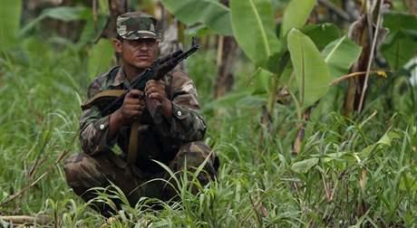 Nikaragujský voják u řeky San Juan střeží spornou hranici (11. listopadu 2010)