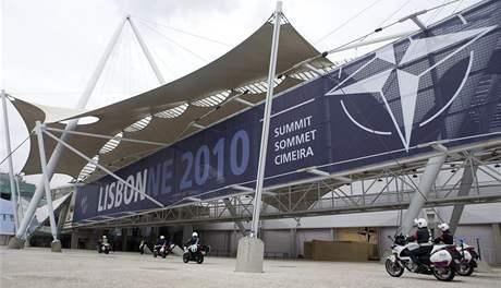 Policisté střeží místo, kde se bude konat v Lisabonu summit NATO (18. listopadu 2010)