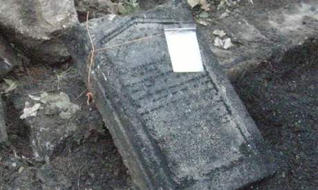 Každý zvyzdvižených náhrobků byl opatřen evidenčním číslem, které ho bude provázet vprůběhu celého zpracování výzkumu.