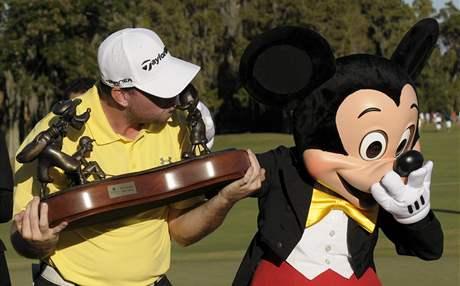 Robert Garrigus přebírá od Mickey Mouse trofej pro vítěze.