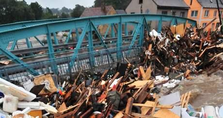 Srpnové povodně. Kvanta naplaveného nepořádku porušila statiku mostu ve Frýdlantu.