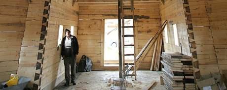 Jeden z dělníků Ioan Tibel, který staví pravoslavný kostel v Mostě.