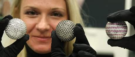 Majitelka klenotnictví Dana Šusterová drží golfové míčky posázené drahokamy.