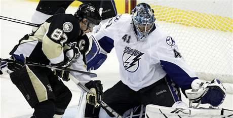 Kapit�n Pittsburghu Sidney Crosby se sna�� vyzr�t na brank�øe  Tampy Bay Mika Smitha.