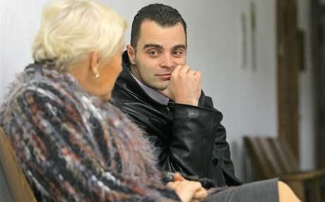 Bývalý šéf dopravní policie v Písku David Hrach hovoří před začátkem líčení se svou advokátkou Jaroslavou Krybusovou.