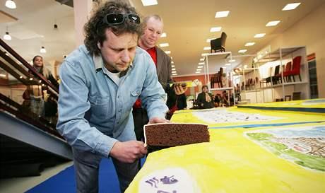 Na Gastrofestu je také k vidění i ochutnání obří sachrův dort. Na snímku je jeden z jeho spolutvůrců Roman Liška. Rozhodl se dort nakrojit a ukázat návštěvníkům, že je opravdu skutečný a jedlý.