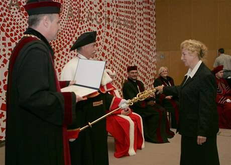 Absolventi Přírodovědecké fakulty Univerzity Palackého v Olomouci z roku 1960 si po padesáti letech slavnostně zopakovali promoci.
