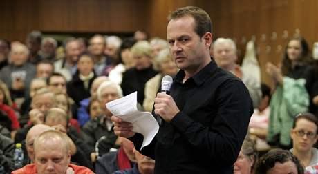 Pět stovek lidí demonstrovalo na schůzi zastupitelů ve Vsetíně na podporu Jiřího Čunka. Chtějí, aby byl starostou.
