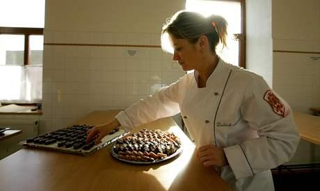 Renata Vonešová při výrobě vánočního cukroví.