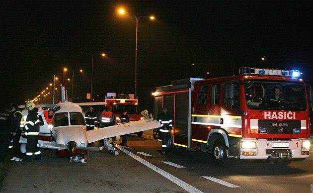Jednomotorové letadlo muselo kv�li technické závad� nouzov� p�istát na silnici mezi Brnem a Svitavami. (14. listopadu 2010)