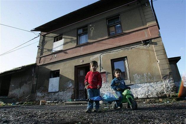 Zdevastovaná budova bývalého nádra�í ve Vysokém Veselí, kterou obývají problémoví p�ist�hovalci.