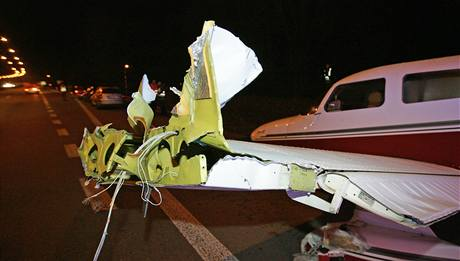 Jednomotorov� letadlo muselo kv�li technick� z�vad� nouzov� p�ist�t na silnici mezi Brnem a Svitavami. (14. listopadu 2010)
