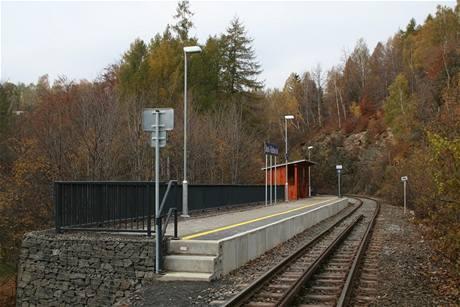 Nová zastávka Desná - Riedlova vila je pro vlakové soupravy příliš krátká.
