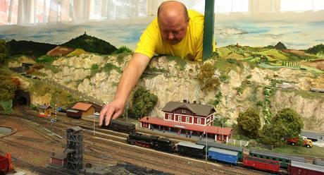 Jeden z členů plzeňského klubu železničních modelářů Jiří Baudis rovná vláčky při velké podzimní výstavě obřího modelového kolejiště