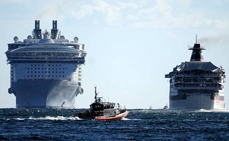 Rozbitá výletní loď Splendor se vrací na pevninu