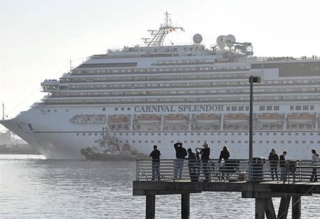 Cestující z rozbité výletní lodi  Splendor se vrací na pevninu