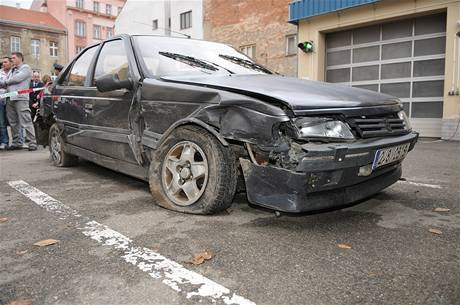 Kradené auto, ve kterém naboural uprchlý vězeň Jiří Pešek, když ujížděl policii v Brně