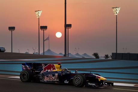 PŘI ZÁPADU SLUNCE. Sebastian Vettel s redbullem při Velké ceně Abú Zabí