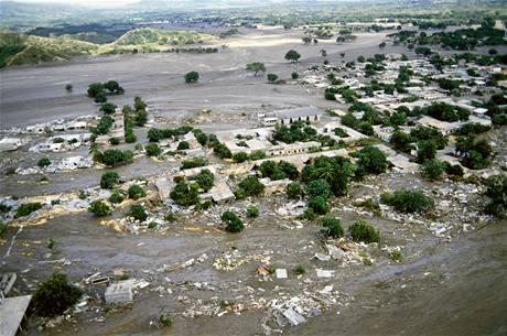 Kolumbijské město Armero smetlo bahno ze sopky Nevado del Ruiz. (13. listopadu 1985)