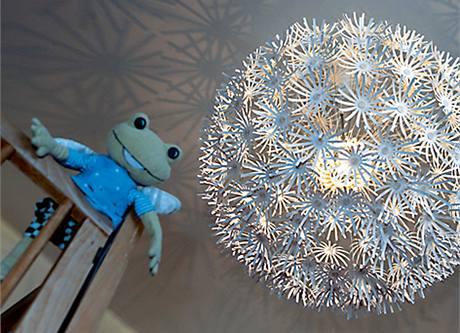 Pokojíčku, kde vyrostla Eva Otýpková a kde má nyní postýlku dcera Ema, vévodí výrazný světlý lustr z IKEA připomínající obří pampelišku