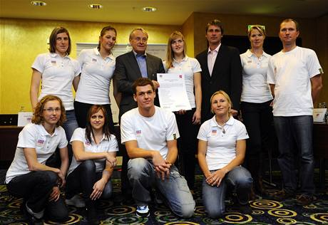 Místopředseda ČOV František Dvořák a člen MOV Jan Železný s majiteli olympijských stipendií pro rok 2011 - v bílých tričkách.