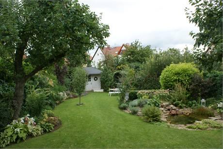 Zahrada je vytvořena na parcele trojúhelníkového půdorysu, ohraničená po obou stranách pestrými zelenými mantinely; ve špici vzadu je ukončená půvabným bílým zahradním domkem