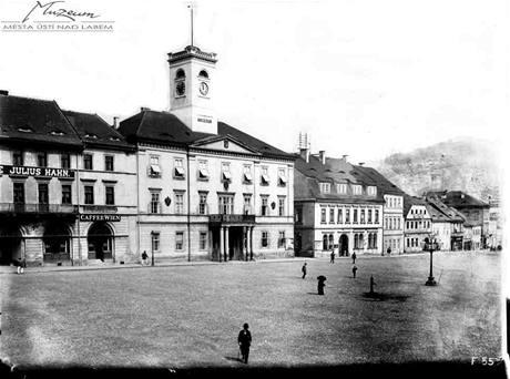 Pohled na Mírové náměstí z roku 1898. Palác Zdar stojí na místě radnice (velká budova uprostřed), která byla zbourána roku 1976.