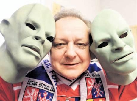 ODHALENÍ. Šéf docela velké firmy Vasil Simkovič má ve své kanceláři plnou masek Fantomase.