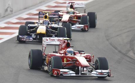 Fernando Alonso ve Velké ceně Abú Zabí před Markem Webberem a Felipem Massou.