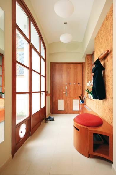 Zřejmě nejdražší kočičí záchod široko daleko je skrytý ve skříňce v předsíni. Prosklená stěna dělí chodbu od velkého balkonu.