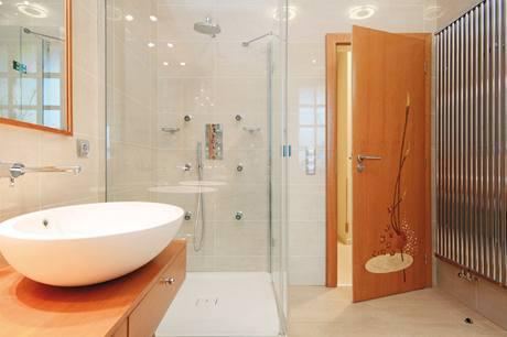 Také sprchový kout je vyrobený na zakázku, exkluzivní dveře jsou opět zdobené intarzií