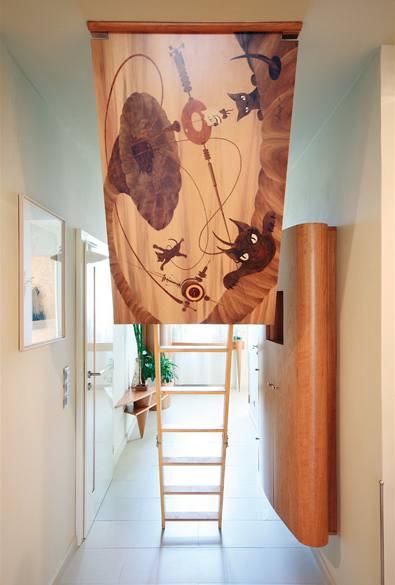 Další intarzie s kočičím motivem zdobí vstup na půdičku ve sníženém stropě