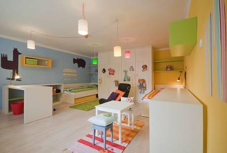 Světlá podlaha i nábytek interiér odlehčují, na výzdobu stěn postačily zbytky tapet a veselé barvy
